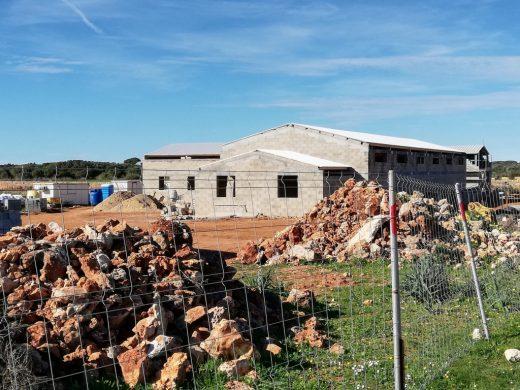 Nuevos edificios agrarios de Torre Vella que hace un año que están a medio construir junto al Camí de Cavalls (Foto: GOB Menorca)