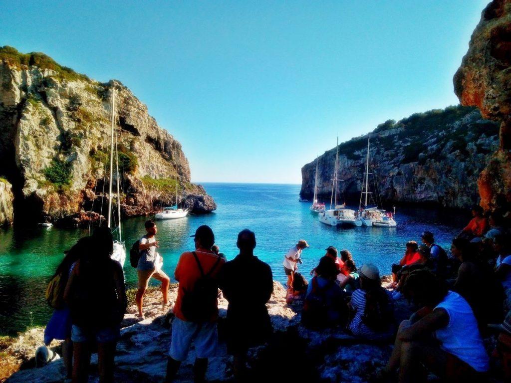 Imagen de una visita a Cales Coves en otra edición de la Beca (Foto: EA)
