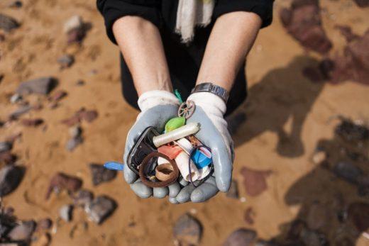 Recogida de plásticos en el litoral.