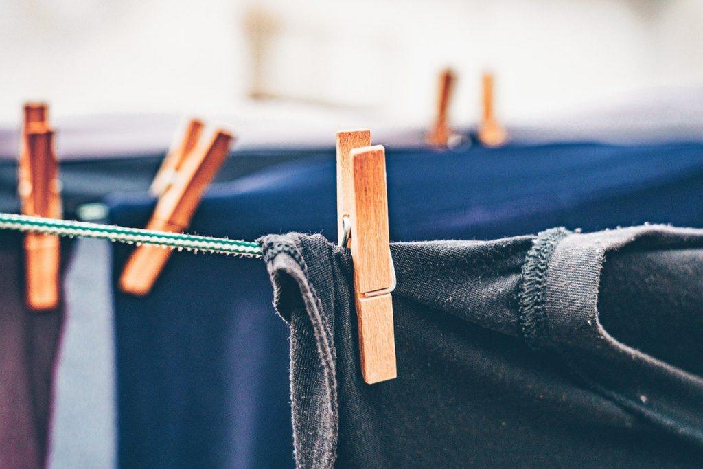 Tender la ropa al sol en vez de usar la secadora es una de las actuaciones a las que invita esta campaña