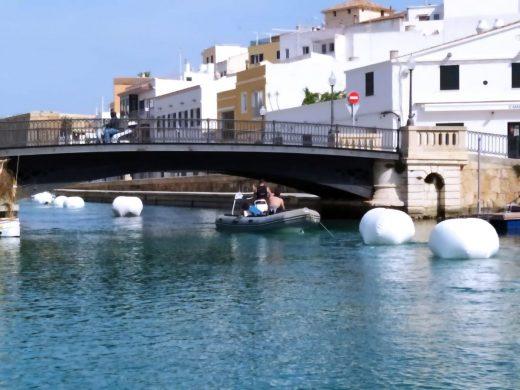 Trabajando en el puerto de Ciutadella (Foto: Ports IB)