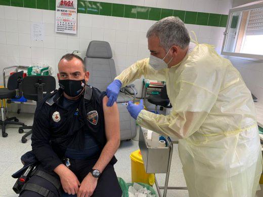 (La foto) Los policías locales se vacunan