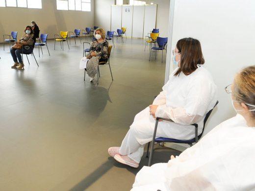 (Fotos) 130 personas de 55 años están citadas para vacunarse en el recinto ferial de Maó