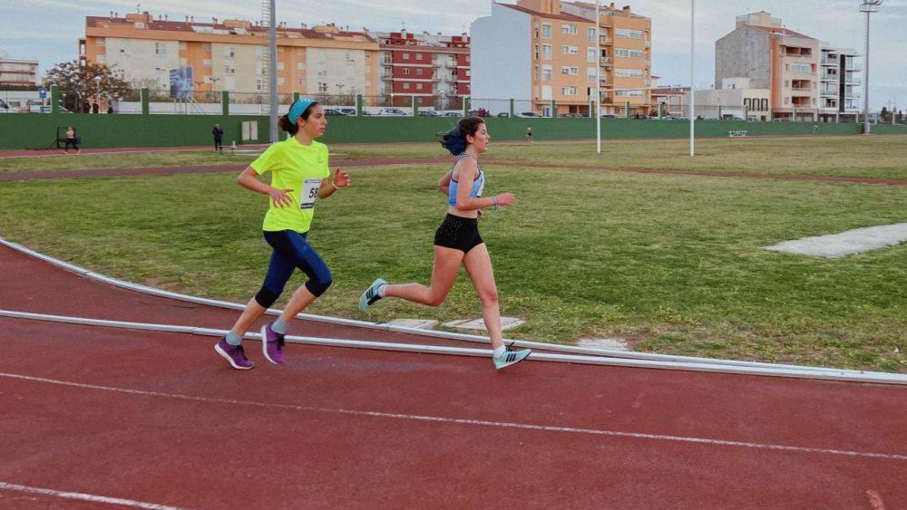 Gemma Gonyalons, de amarillo, en los 3.000.