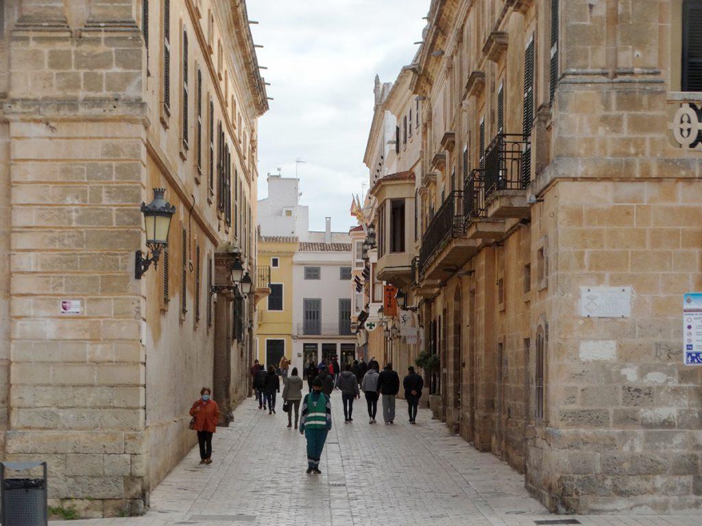Gente caminando por el centro de Ciutadella (Foto: Cris Ruiz)