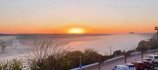 Imagen de la salida del sol vista desde el puerto de Maó (Foto: Nando Andreu)