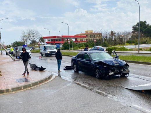 (Fotos) Un coche patina y se empotra contra una farola en Maó