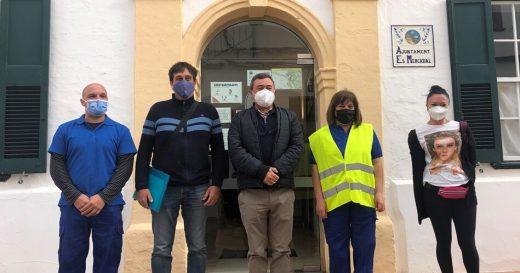 Los cuatro nuevos empleados, junto al alcalde Xiscu Ametller.