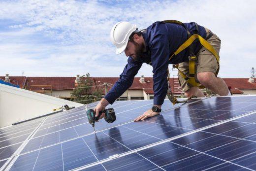 Instalación de placas solares en una vivienda.