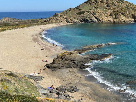 (Fotos) El sol invita al primer día de playa a muchos menorquines