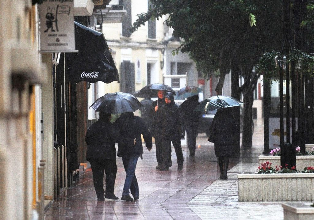 Con paraguas.
