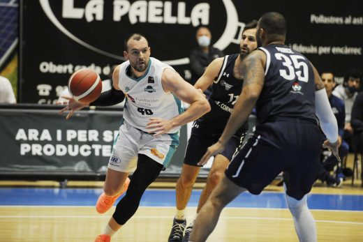 Adrián Méndez penetra a canasta (Foto: Tolo Mercadal)