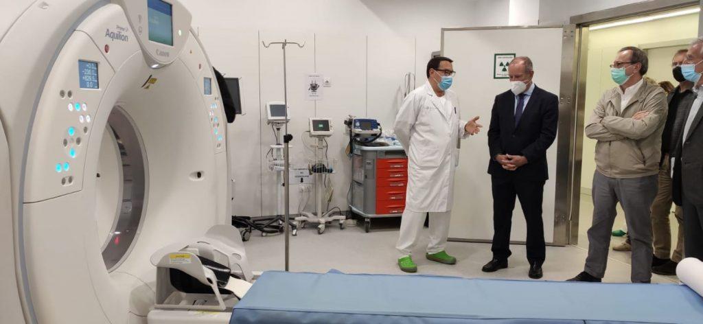 El director general del Servicio de Salud, Juli Fuster, ha visitado esta mañana el nuevo equipamiento médico
