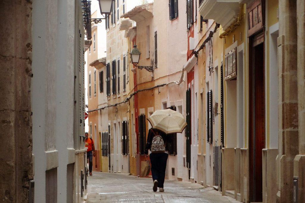 Una persona con paraguas en el centro de Ciutadella (Foto: Cris Ruiz)