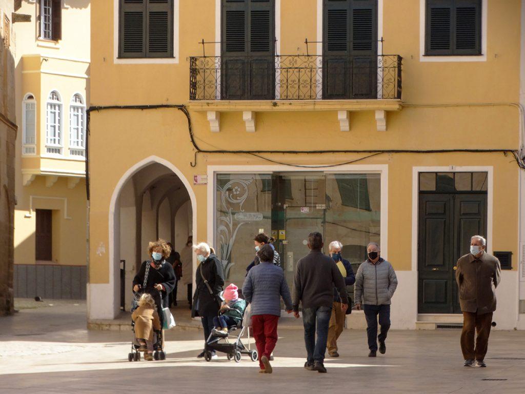 Gente en el centro de Ciutadella (Foto: Cris Ruiz)