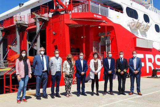 Imagen del buque de FRS junto a las autoridades (Fotos: Cris Ruiz)