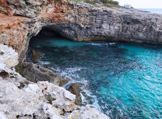 Cuevas marinas en la costa sur de Menorca