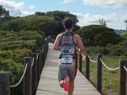 (Fotos) El Triatló de Son Bou desafía a las medusas