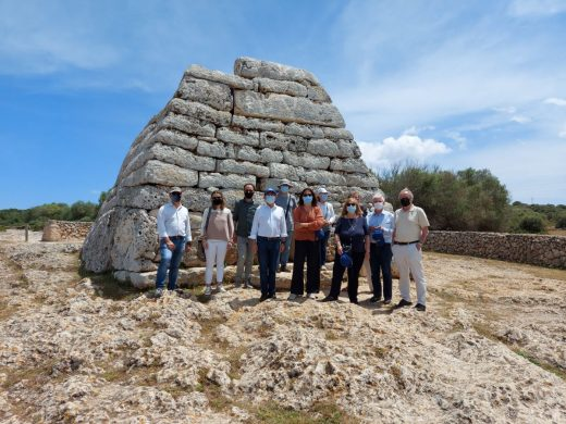 El embajador de la UNESCO visitó la Naveta des Tudons (Foto: Menorca Talayótica)