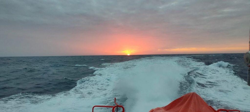 El velero ha sido remolcado hasta el puerto de Barcelona