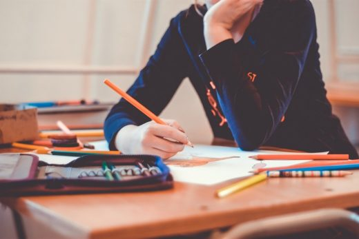 Estudiante en un aula escolar