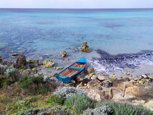 Imagen de archivo de una patera abandonada en la costa de Menorca (Foto: EA)