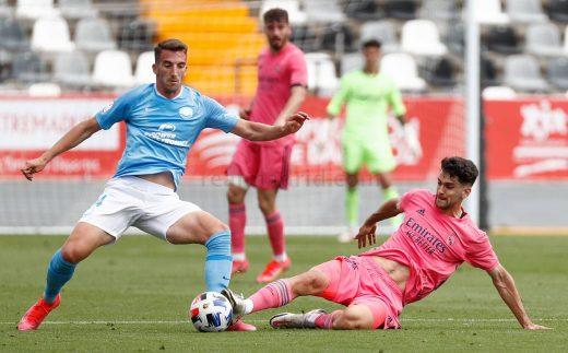 Xavi Sintes trata de frenar el avance de un rival (Foto: Real Madrid)