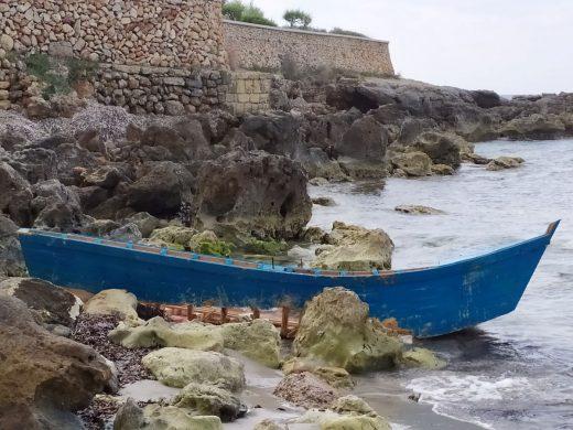 Imagen de archivo de una patera abandonada en la playa de Santo Tomás (Foto: EA)