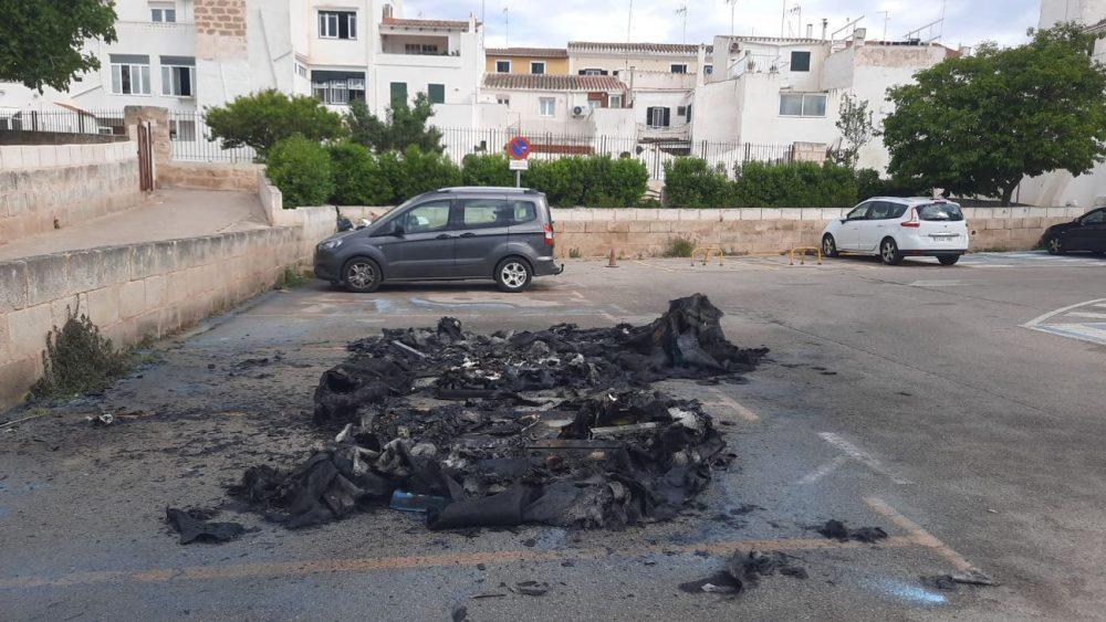 El incendio no ha afectado a los vehículos aparcados (Foto: Antxon)
