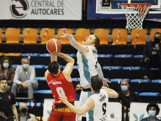 El Hestia Menorca se deshace del Gijón a golpe de triple y pasa de ronda