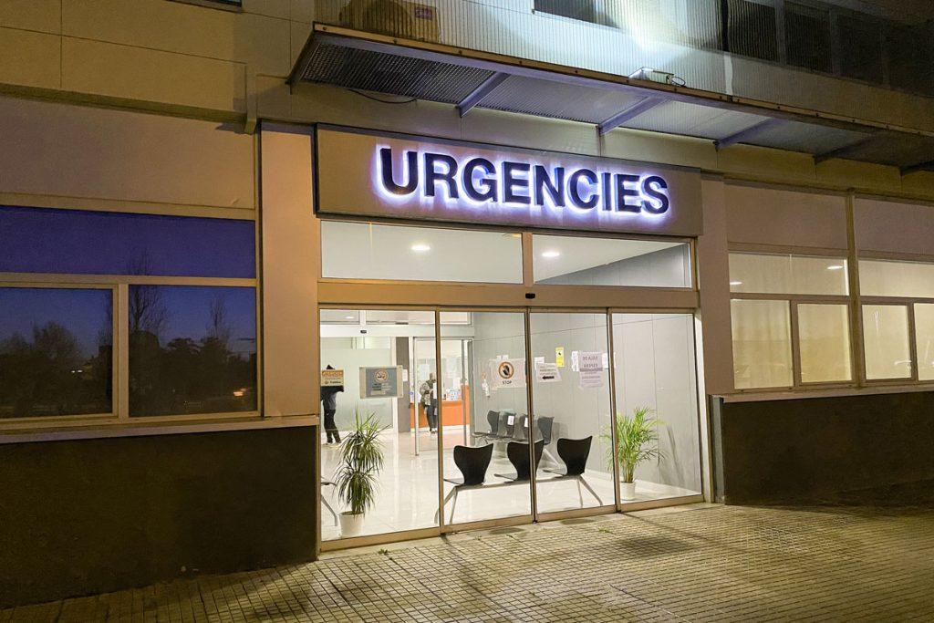 Un hombre de 32 años y su hijo, de 9 años, continúan ingresados en el Hospital Mateu Orfila (Foto: T.M.)