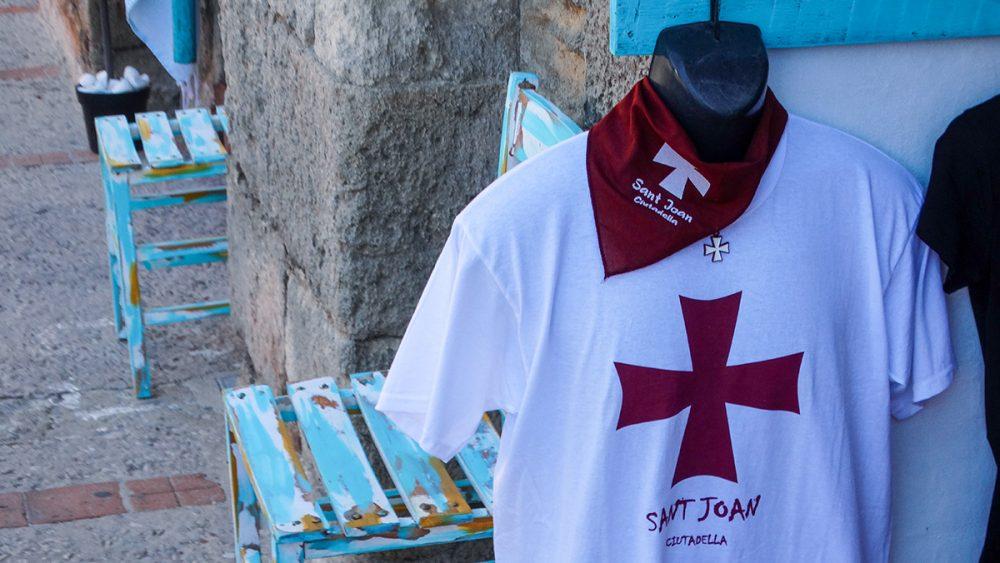 Camiseta y pañuelo de Sant Joan en un comercio (Fotos: Cris Ruiz)
