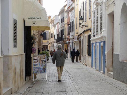 Gente caminando por Ciutadella (Foto: Cris Ruiz)