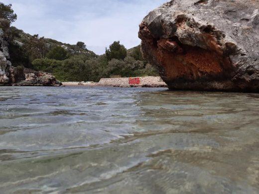 """El GOB denuncia """"pintadas"""" en Cales Coves"""