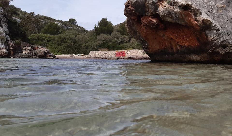 """La """"pintada"""" es muy visible en Cales Coves (Foto: GOB Menorca)"""