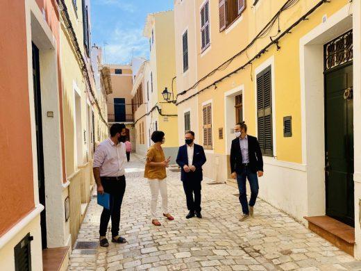 El conseller Josep Marí y la alcaldesa, Joana Gomila, paseando por Ciutadella