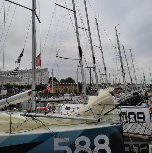 Embarcaciones en aguas de la Bretaña francesa listas para la regata.
