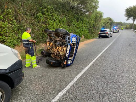 (Fotos) Aparatoso accidente en la carretera entre Es Mercadal y Fornells