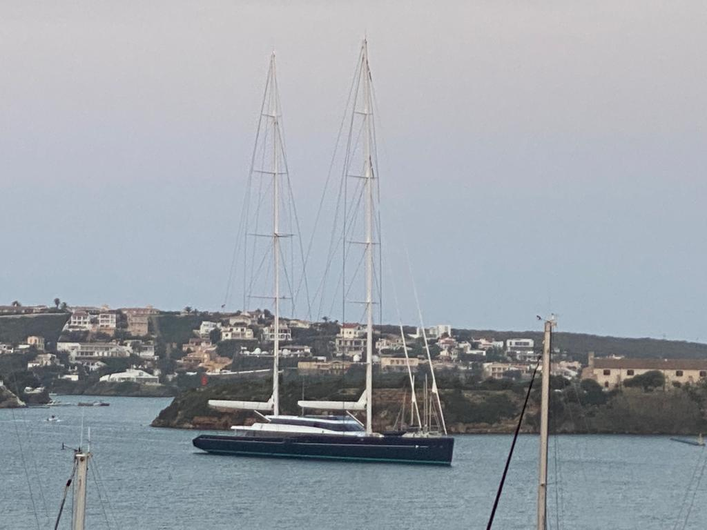 "El velero ""Aquijo"", en el puerto de Maó (Foto: Tolo Mercadal)"
