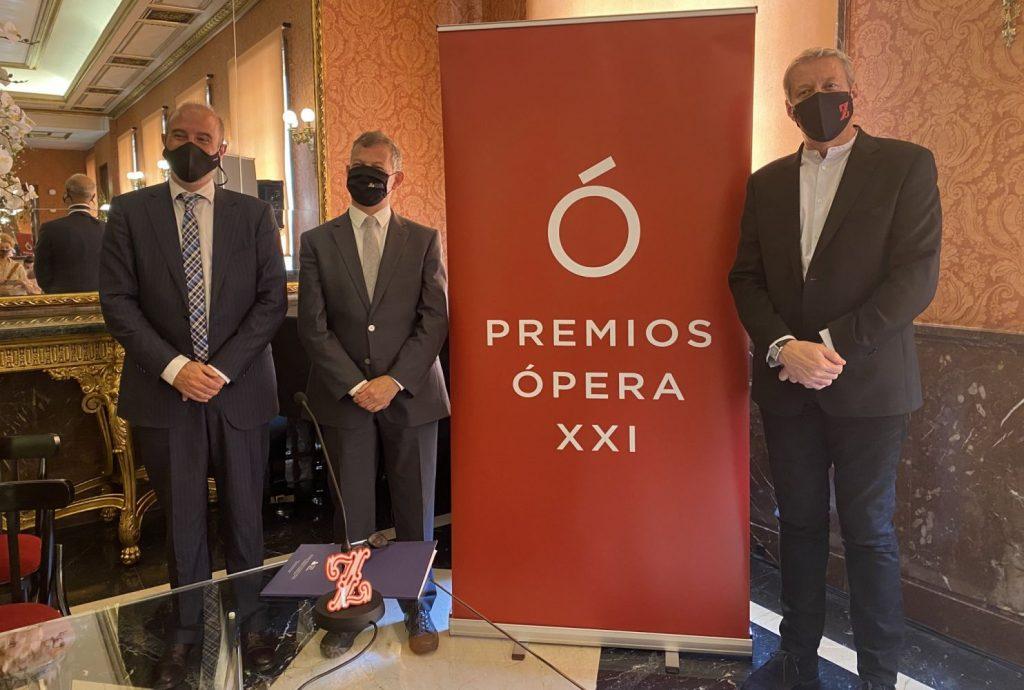 En la foto,  Oriol Aguilà, Presidente de Opera XXI y director del Festival de Perelada junto a José Monforte, Director General de Les Arts de Valencia y el director del Teatro La Zarzuela, Daniel Bianco.