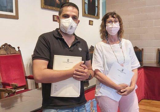 La alcaldesa de Es Castell, Joana Escandell, y el concejal de Hacienda, Óscar Gómez