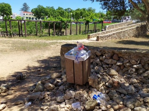 """(Fotos) El parque de Sínia Costabella, nuevo centro de """"botellones"""" en Maó"""