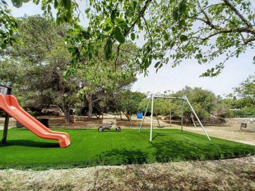 Es Castell instala césped artificial en los parques infantiles de Son Vilar