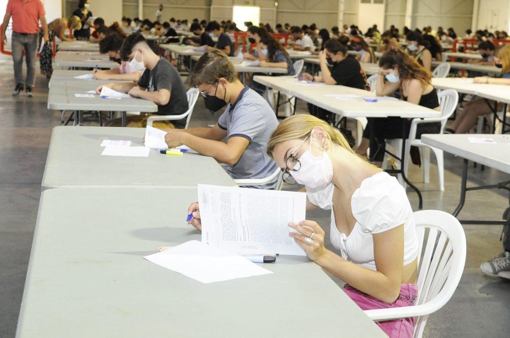 Estudiantes de selectividad en el Recinte Firal de Maó.