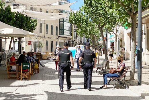 Policías en el centro de Maó (Foto: Tolo Mercadal)