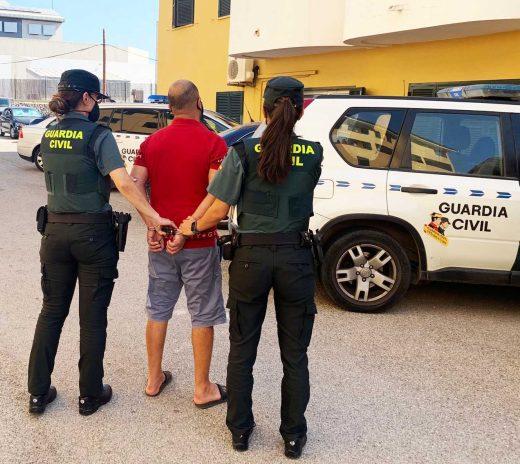 Detenido en Sant Lluís tras agredir a un hombre que le pidió que se pusiera la mascarilla