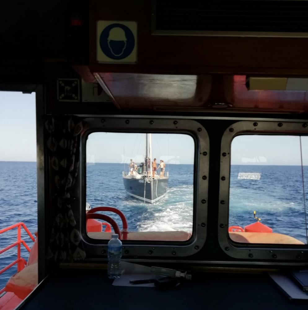 El velero Pantarei siendo remolcado esta tarde.