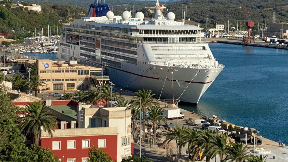Imagen del crucero atracado en el puerto de Maó (Fotos: Tolo Mercadal)