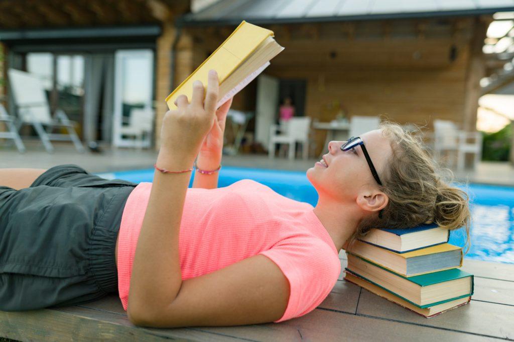 Joven leyendo un libro.