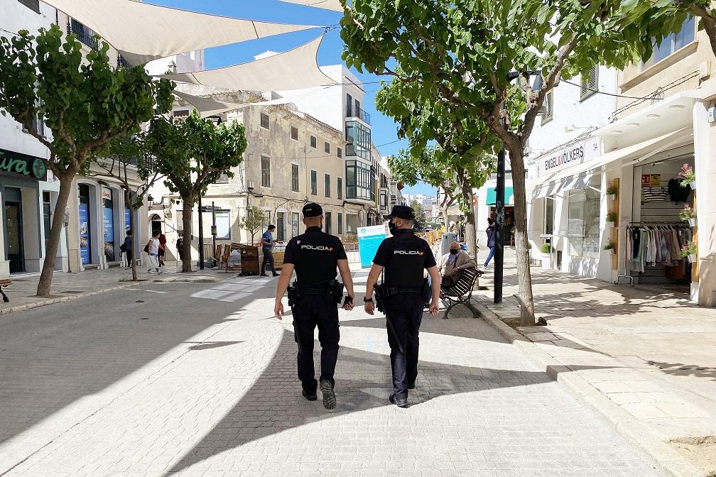 Policía en el carrer Ses Moreres de Maó.
